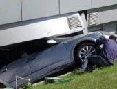 Otomobil hastaneye böyle daldı...