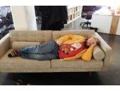 İşyerinde uyuyakalan adam dünyaya rezil oldu