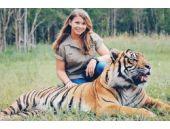 Vahşi hayvanlarla yaşıyor