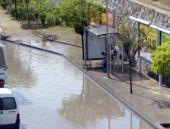 Ankara'da yağış yolları kapattı