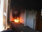 Camide soyunupkendini ateşe verdi