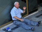 Banka önünde ağlayan Yunan emekliye Avustralya'dan yardım