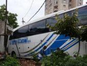 Otobüs gecekonduya girdi!