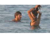 Kıvanç Tatlıtuğ sevgilisi ile halk plajında!