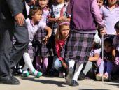 Protokol oturdu çocuklar sıcaktan yığıldı
