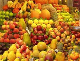 Meyvelere aşeren hamile kadınların yazın kışlık, kışın da yazlık meyve isteğini değerlendiren Doğan Manav'ın sahibi Şükrü Doğan, yurt dışından meyve ithal ediyo