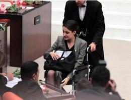 Protez bacak kullanan CHP İstanbul Milletvekili Şafak Pavey'in pantolon ile Genel Kurul'a girebilecek