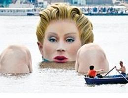 Almanya'nın Hamburg kentindeki Alster Gölü'nde devasa boyutta bir denizkızı heykeli yapıldı.