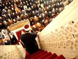 Kur'an-ı Kerim'in indirilmeye başlandığı gece olan Kadir Gecesi'nde vatandaşlar tüm yurtta camileri doldurdu
