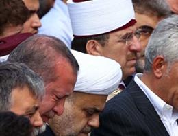 Başbakan Recep Tayyip Erdoğan, babasının naaşını annesi Tenzile Erdoğan'ın Karacaahmet Mezarlığı'ndaki kabrinin yanına taşıttı