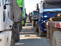 Şırnak'ın Silopi ilçesi'nden Irak'a açılan Habur Gümrük Kapısı'nda uzayan kamyon ve tır kuyruğu giderek uzuyor