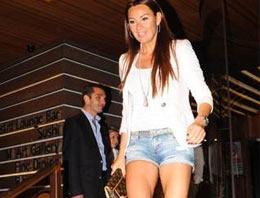 Pınar Altuğ mini şort sezonunu açtı