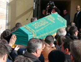 Gürses'in cenazesinde sürpriz çelenk!