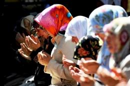 AK Parti kadınlara para verip başörtüsü taktırıyor!