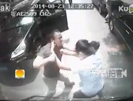 Kadın sürücüyü yolda evire çevire dövdü