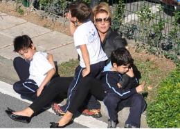 Dakikalarca çocukları ile kaldırımda bekledi