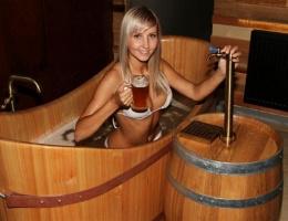 Bu da yeni moda! Bira dolu küvette...