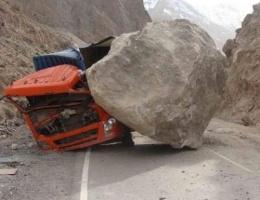 Dev kaya parçası kamyonu böyle ezdi