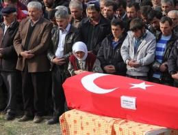 Türkiye'yi ağlattı! Cenazede saf tutan anne