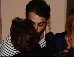 Eski aşkını karısının yanında böyle öptü
