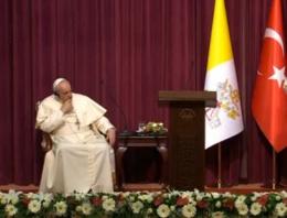 Papa basın toplantısında uyukladı