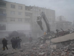 6 katlı bina bir anda çöktü: 1 işçi mahsur