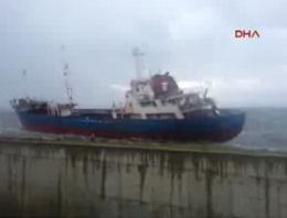 Pendik'te gemi kayalıklara böyle çarptı