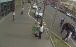 Sokakta laf attığı kadın annesi çıkınca...