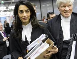 Amal Clooney'in kıyafeti mahkemeye damgasını vurdu!