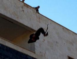 Önce binadan attılar, sonra taşladılar!