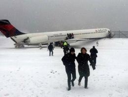 Yolcu uçağı pistten çıktı korkuttu!