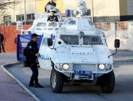 Yol kapatan gruba polis müdahalesi