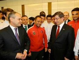 Davutoğlu'ndan şampiyonlara jest