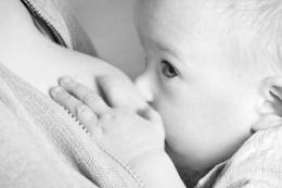 Genç kadın tek memesiyle bebeğini emzirdi!