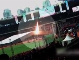 Kendini yakarak stadyumun çatısından atladı!