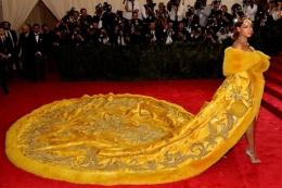 Elbisesi sosyal medyada alay konusu oldu!