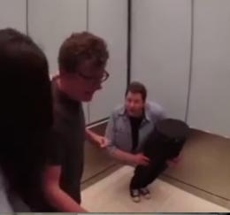 Asansörün içinde kendini ikiye böldü!