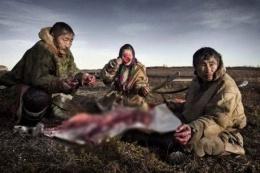 Bu insanlar eti çiğ çiğ yiyor!