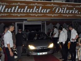 Otomobille düğün salonuna daldı!
