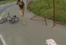 Genç kızın eteği bisiklete takılınca..