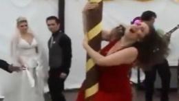 Kadın düğünde direk dansı yapmak isteyince...