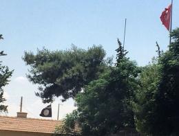 IŞİD bayrağı ile Türk bayrağı çok yakın!Skandal!
