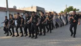 O ilçede şok! 700 polis sloganlarla yürüdü