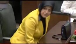 Yeni vekil Davutoğlu'nun koltuğa oturunca...