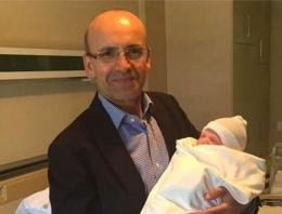 Mehmet Şimşek üçüncü çocuğunu kucağına aldı