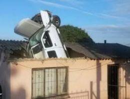Yoldan çıkan araç çatıdan eve girdi!