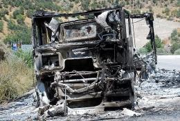 Karakola malzeme taşıyan aracı yaktılar