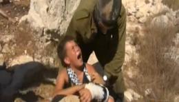 İsrail askerinden Filistinli çocuğa işkence!