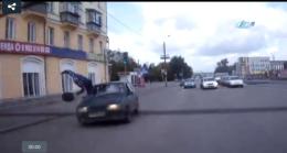 İnanılmaz kaza! Otomobil yayayı böyle uçurdu