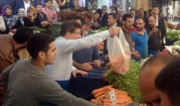 Davutoğlu tezgahtar oldu sebze sattı